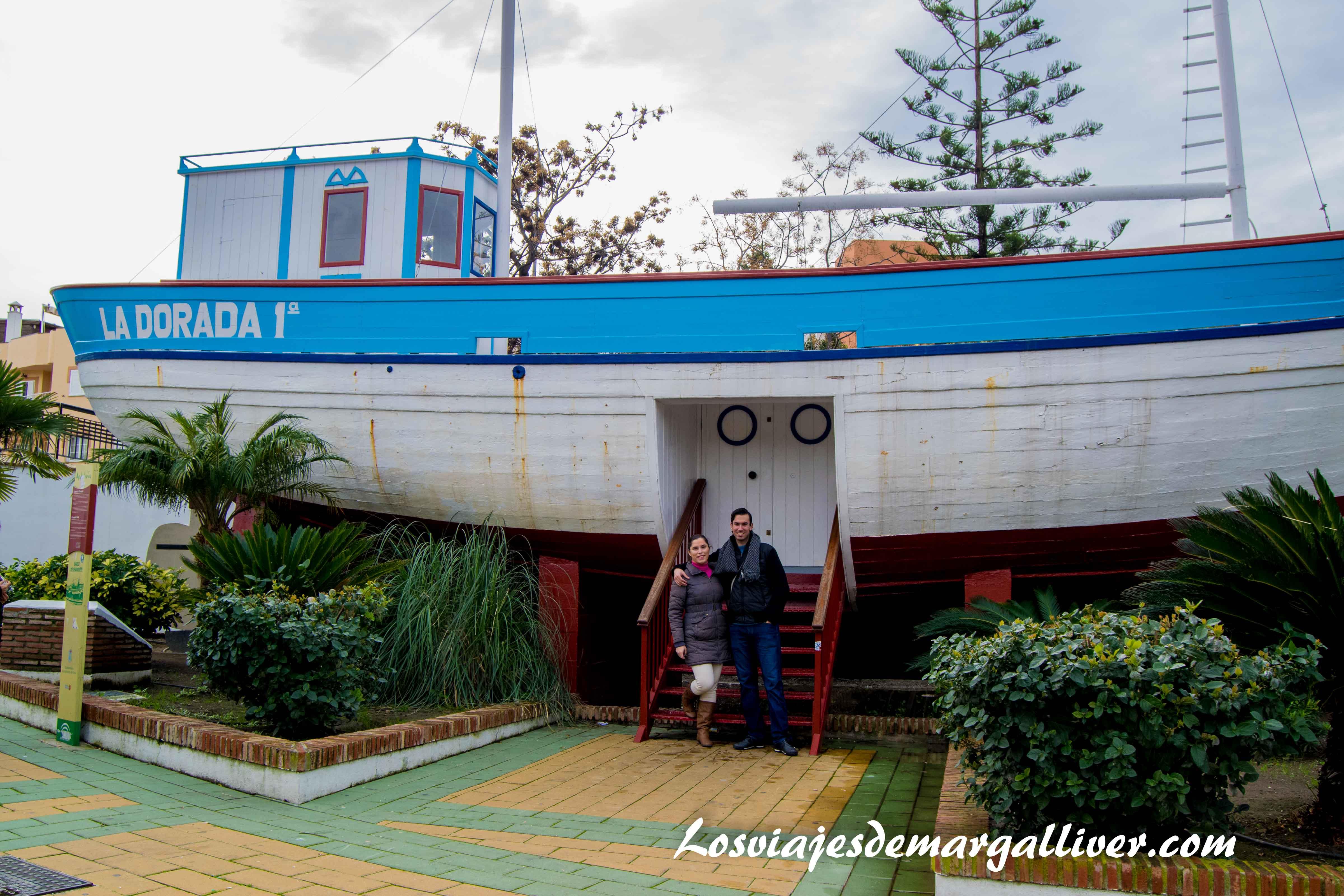 Margalliver con el barco de chanquete de verano azul en Nerja - Los viajes de Margalliver